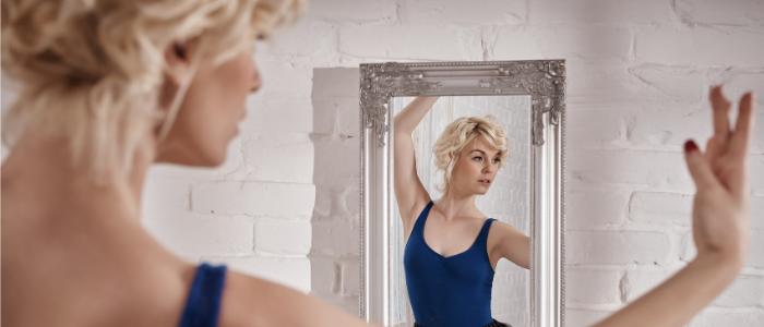 Spiegelbild Frau