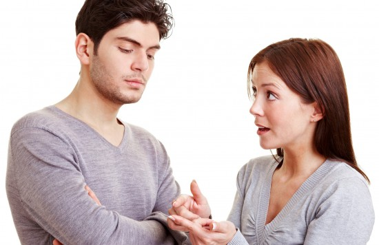 Frau macht ihrem Mann Vorwürfe